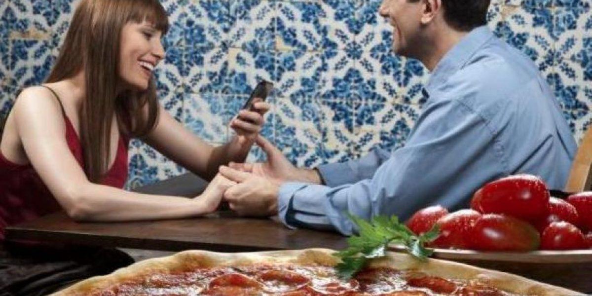 Los hombres comen más  cuando están con una mujer a la que quieren impresionar