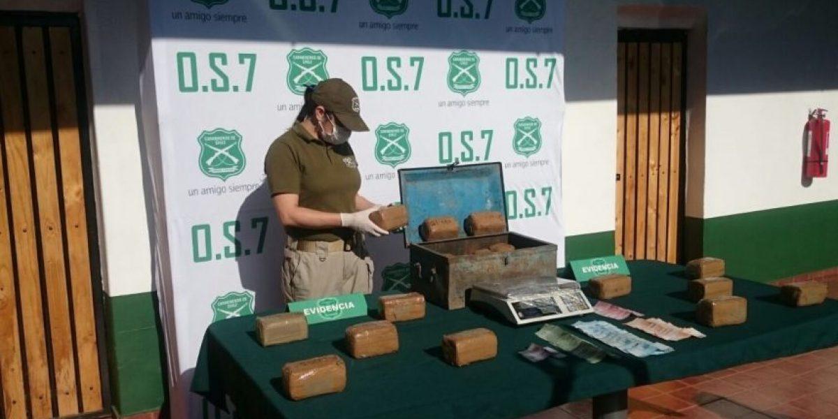 Estaba enterrado en el patio: Carabineros incauta cofre con $200 millones en cocaína
