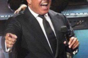 El recinto contó con un lleno total, pero los kilos que rellenaban el traje del cantante causaron más polémica en las redes sociales. Foto:vía twitter.com. Imagen Por: