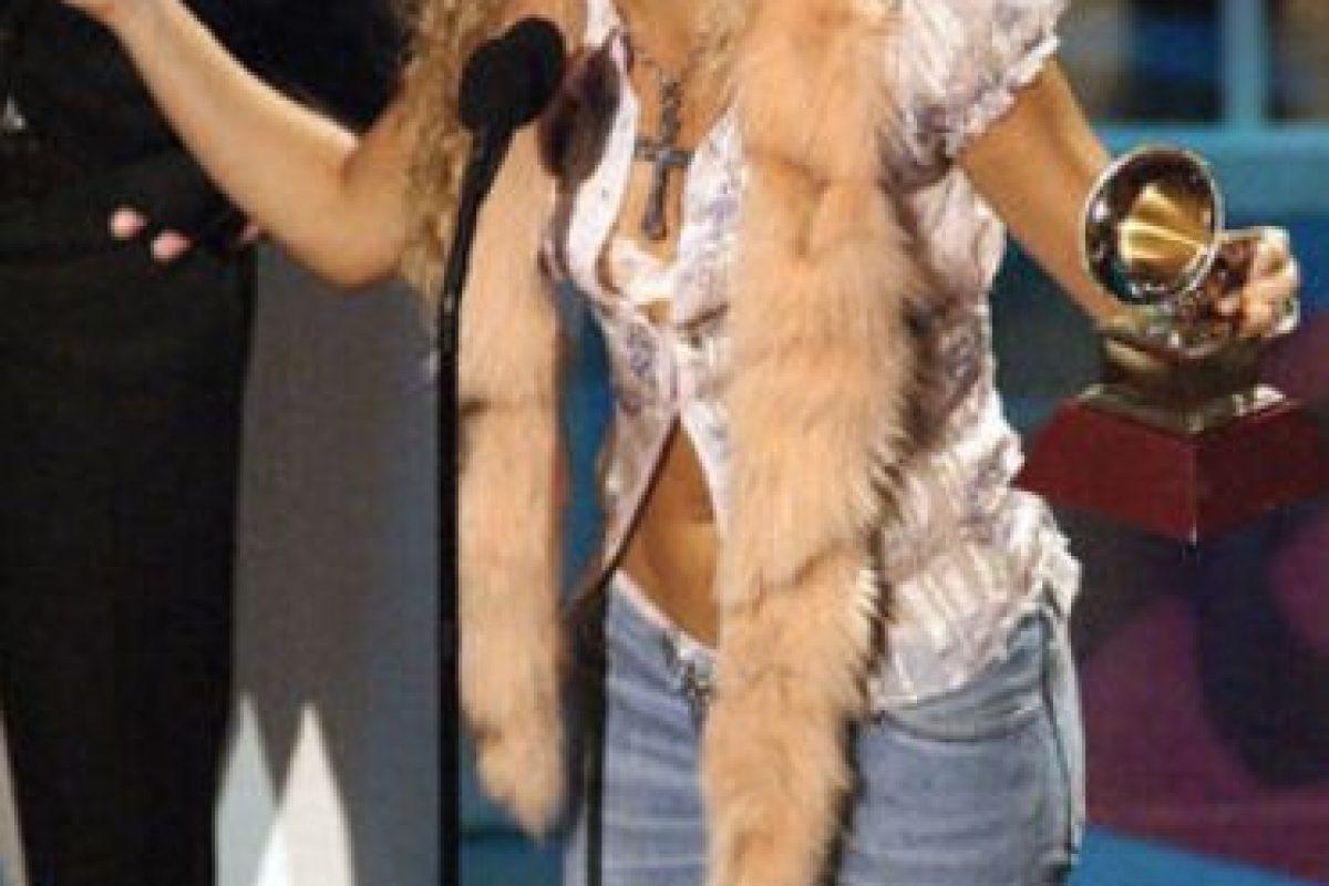 Shakira, al estilo de Snooki y mostrando por qué la moda de la década pasada hizo tanto daño a nuestras celebridades. El animal muerto, la camisa de seda barata medio abierta y el jean descaderado son una oda a lo kitsch. Foto:vía Getty Images. Imagen Por: