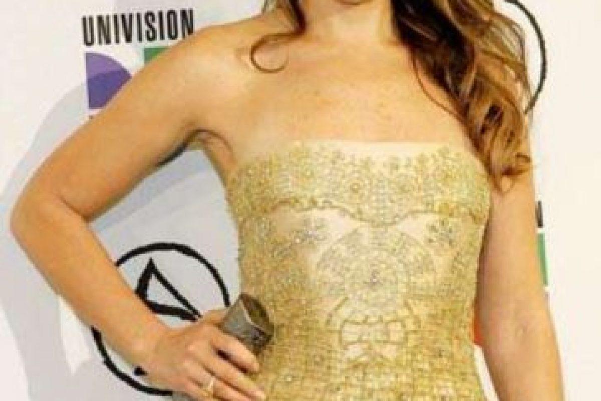 """Thalia vistiéndose como la """"Khaleesi"""" de """"Game of Thrones"""" pero años antes y en mood """"estoy invitada al matrimonio de mi hermana"""". Foto:vía Getty Images. Imagen Por:"""