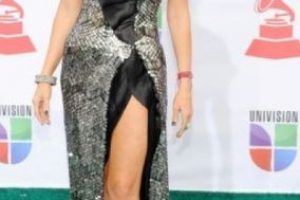 Gisele Blondet vestida en papel regalo. Foto: vía Getty Images. Imagen Por: