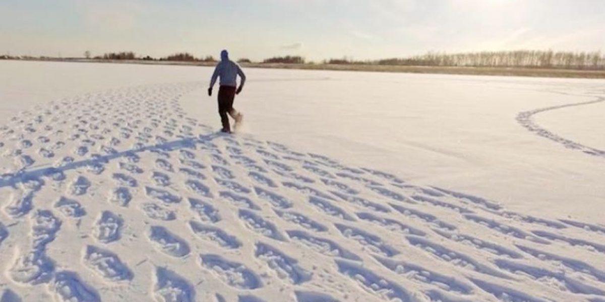 Hombre camina todo el día en la nieve para crear impactantes figuras