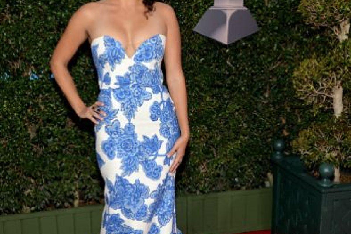 Con otro cuello, y en otro cuerpo, este vestido azulejo podría haber sido más favorecedor. Y el peinado tampoco le ayuda a Raquel Sofía. Foto:vía Getty Images. Imagen Por: