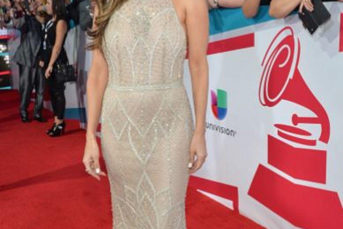 Rosalyn Sánchez vuelve con el típico vestido de brillantes, pero por lo menos logra verse sobria. Foto:vía Getty Images. Imagen Por: