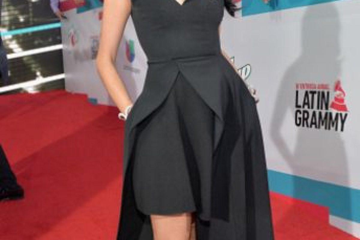 Lo único que no convence del vestido de Natalia Jiménez es el fitting en la cintura y un poco el estilismo. Por demás, se arriesgó, más allá de la trillada fórmula que se ve siempre en estos eventos. Foto:vía Getty Images. Imagen Por: