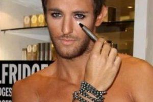 8. Y aunque no lo crean, también existe maquillaje para hombre. Aquí una muestra de ello. Foto:Versioni. Imagen Por:
