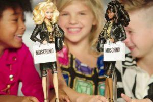 Por primera vez en la historia de Barbie, se incluyó a un niño jugando con una de estas muñecas en un comercial. Este fue el de Barbie Moschino, el cual se publicó a finales de octubre, promocionando a la marca italiana Moschino. Foto:Vía Youtube. Imagen Por: