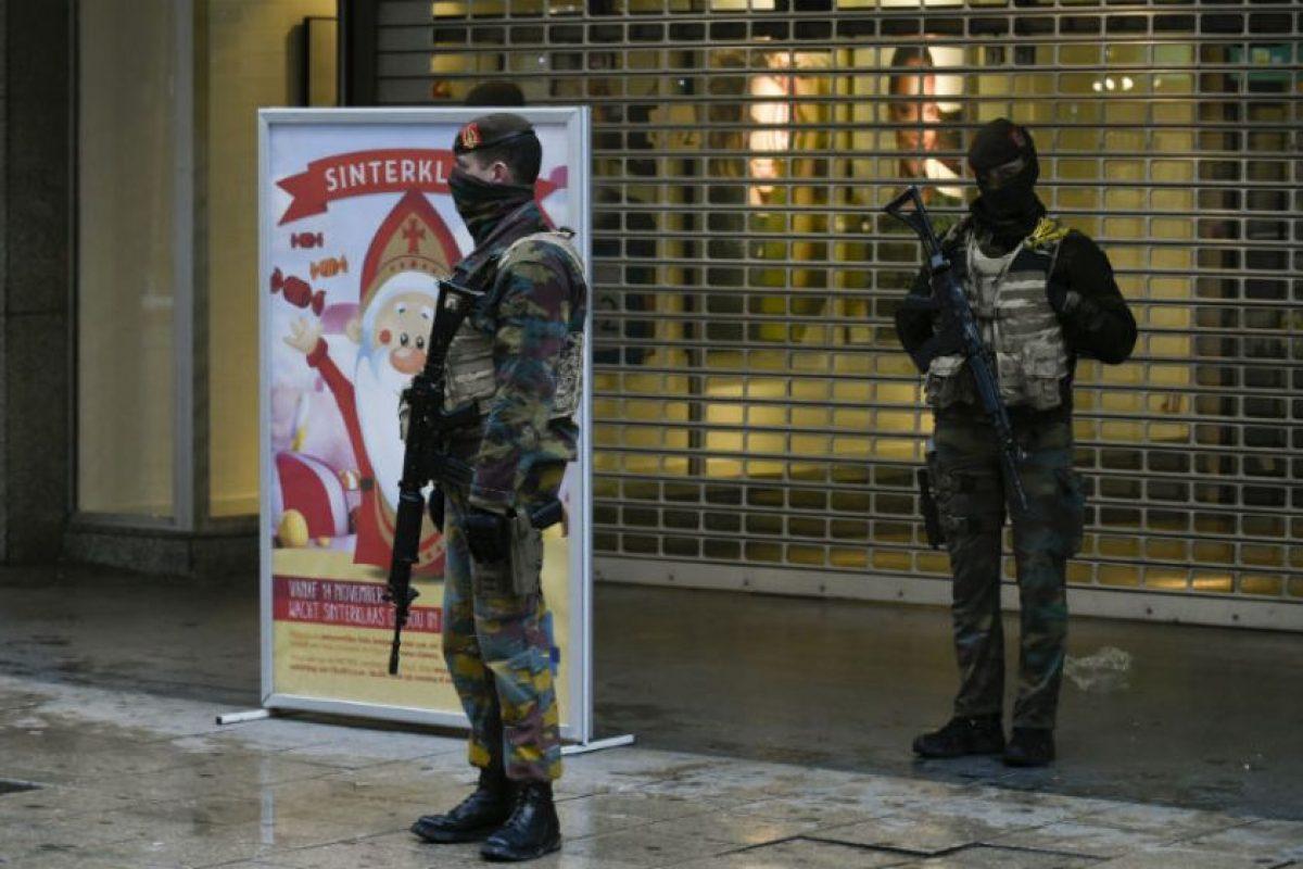 Soldados belgas montan guardia en ciertas partes de Bruselas Foto:AFP. Imagen Por: