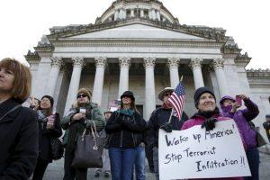 En Estados Unidos hubo gente que se manifesto a favor y en contra de los refugiados. Foto:AFP. Imagen Por: