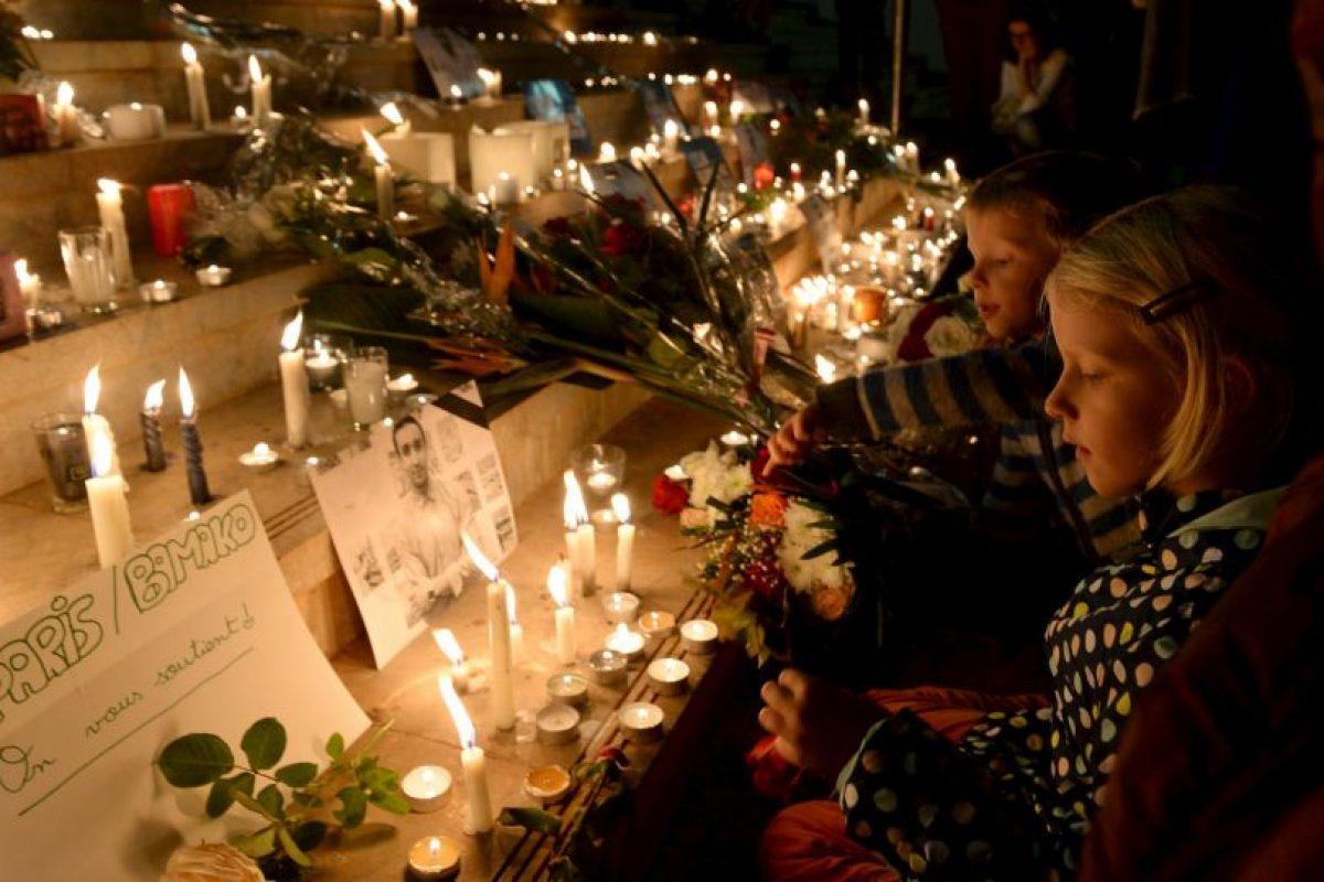 A siete días de los ataques la gente se reunió para rendir homenaje a las víctimas. Foto:AFP. Imagen Por:
