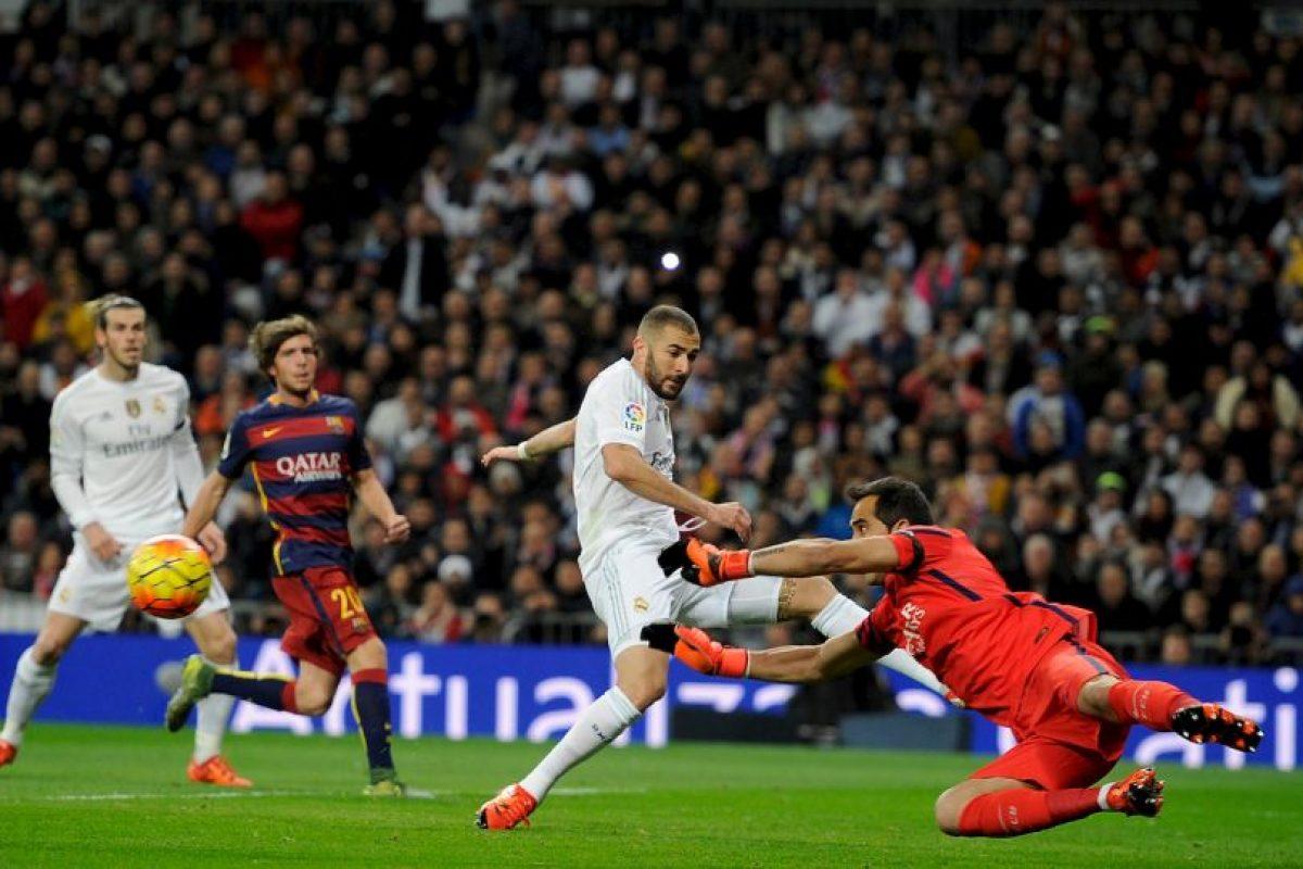 El portero chileno dle Barcelona, Claudio Bravo, contuvo tres claras ocasiones de gol del Madrid Foto:AFP. Imagen Por: