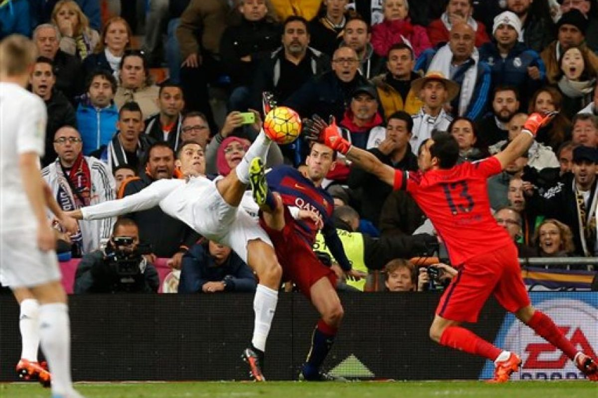 Desvío un mano a mano frente a Cristiano Ronaldo, cuando el encuentro se encontraba 3-0 Foto:AP. Imagen Por: