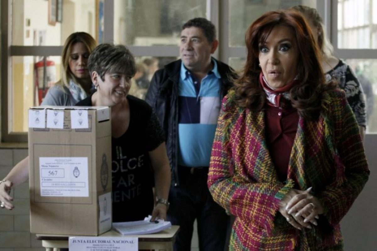 La presidenta Cristina Fernández emitió su voto en Río Gallegos Foto:AFP. Imagen Por: