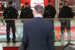 """""""Quince minutos después de que se abrieron las puertas tuvimos indicios concretos de que alguien quería detonar un explosivo ahí adentro"""", señaló Volker Kluwe, jefe de Policía de la capital de la Baja Sajonia Foto:Getty Images. Imagen Por:"""
