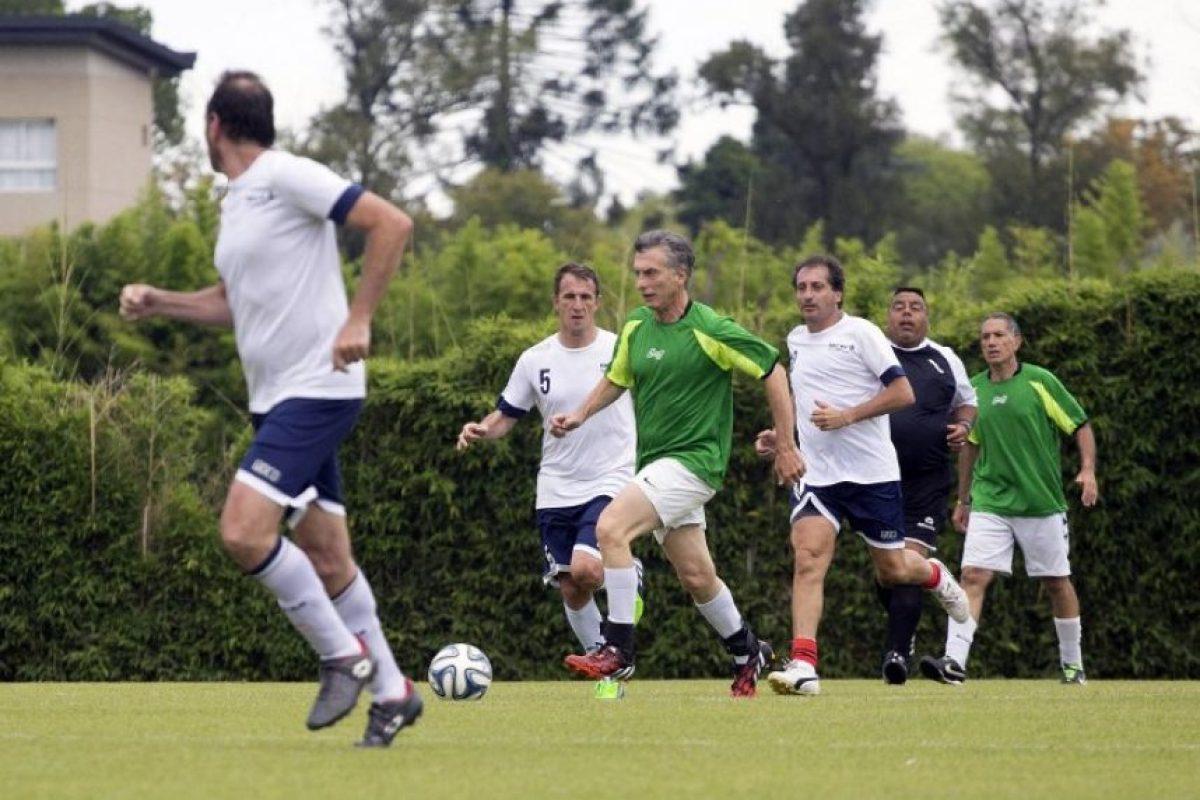 También disputó un partido de fútbol con sus colaboradores Foto:AFP. Imagen Por: