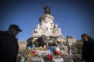 La gente continúa homenajeando a las víctimas. Foto:AFP. Imagen Por: