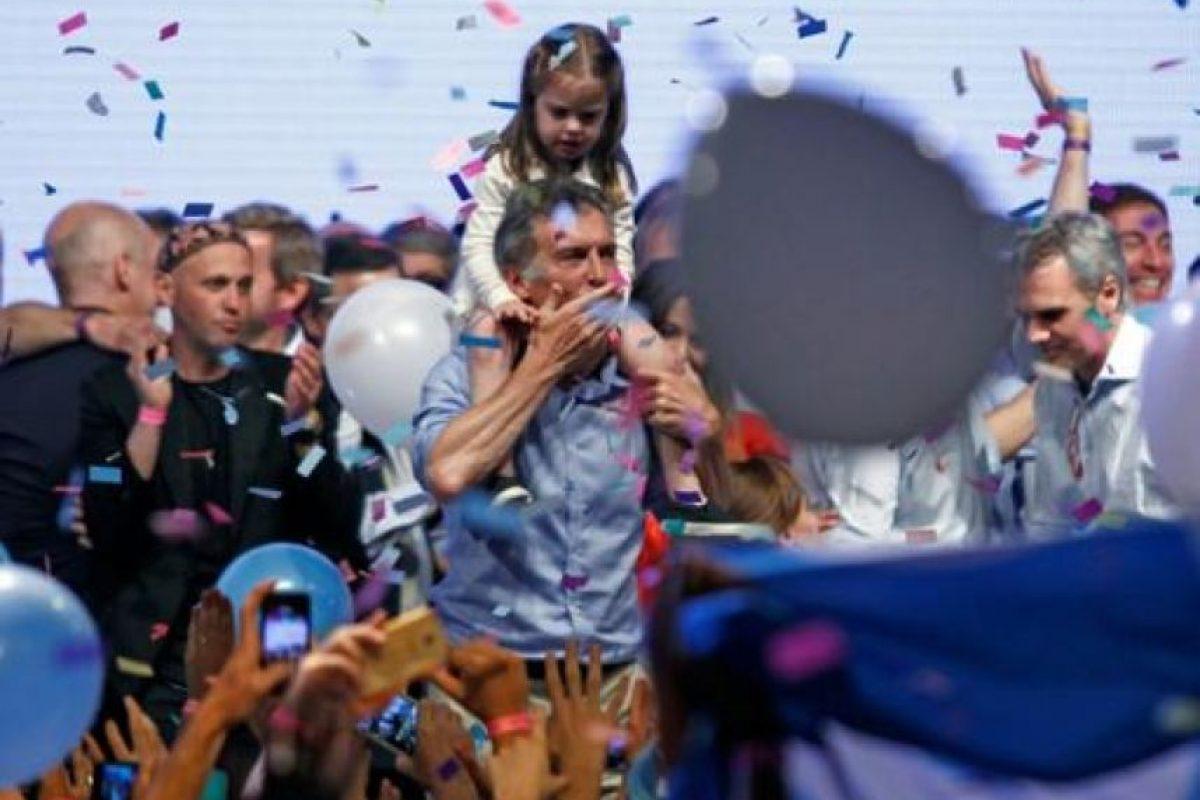 """""""Se siente, se siente Mauricio presidente"""", coreaban en la sede electoral de la alianza conservadora Cambiemos, apenas cerraron en Argentina los centros de votación a las 18H00 locales (21H00 GMT) y los televisores anunciaron """"Gana Macri"""", consigna que se repitió durante toda la noche. Foto:AFP. Imagen Por:"""