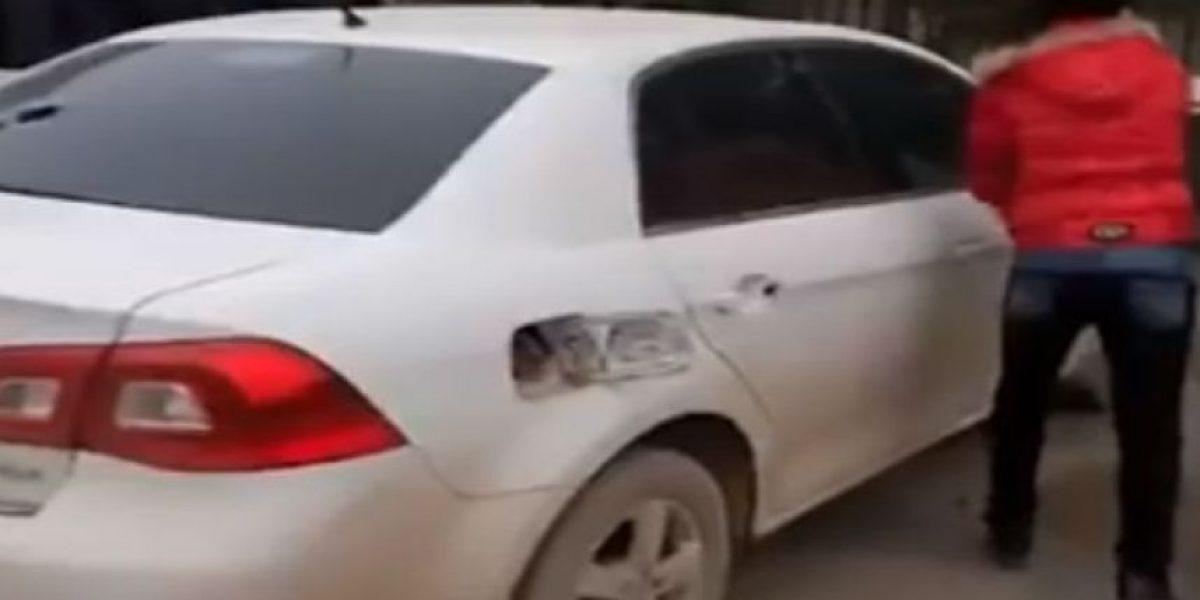 Video: Desquitó su furia golpeando el auto del hombre que la engañó