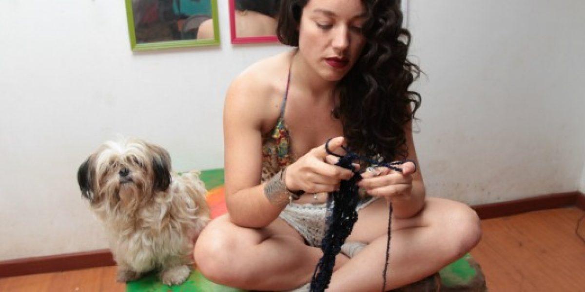 Semifinalista de The Voice muestra su colección de bikinis tejidos a mano
