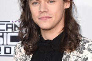 Harry Styles de One Direction llamó la atención con su floreado traje.. Imagen Por:
