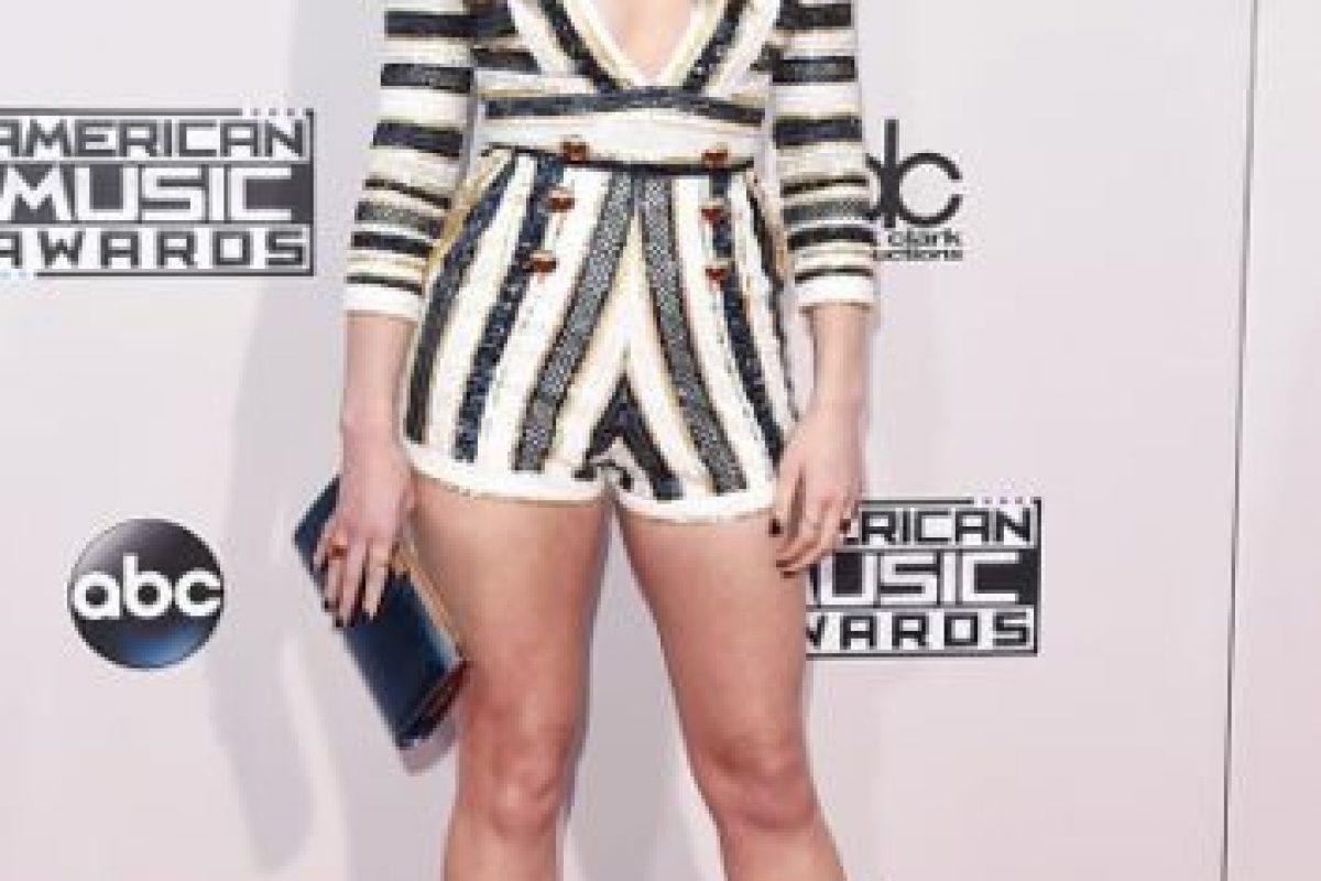 La actriz Hailee Steinfeld también lució un llamativo escote. Foto:Getty Images. Imagen Por: