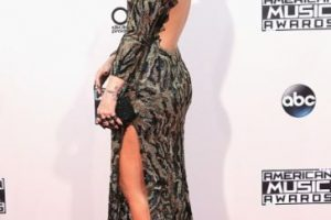 Demi Lovato y su escote en la espalda. Foto:Getty Images. Imagen Por: