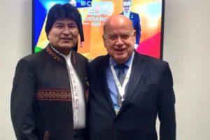 El presidente Evo Morales y el nuevo integrante dl equipo jurídico chileno, en la pasada cumbre Celac de Costa Rica, a principios de 2015. Foto:Twitter. Imagen Por: