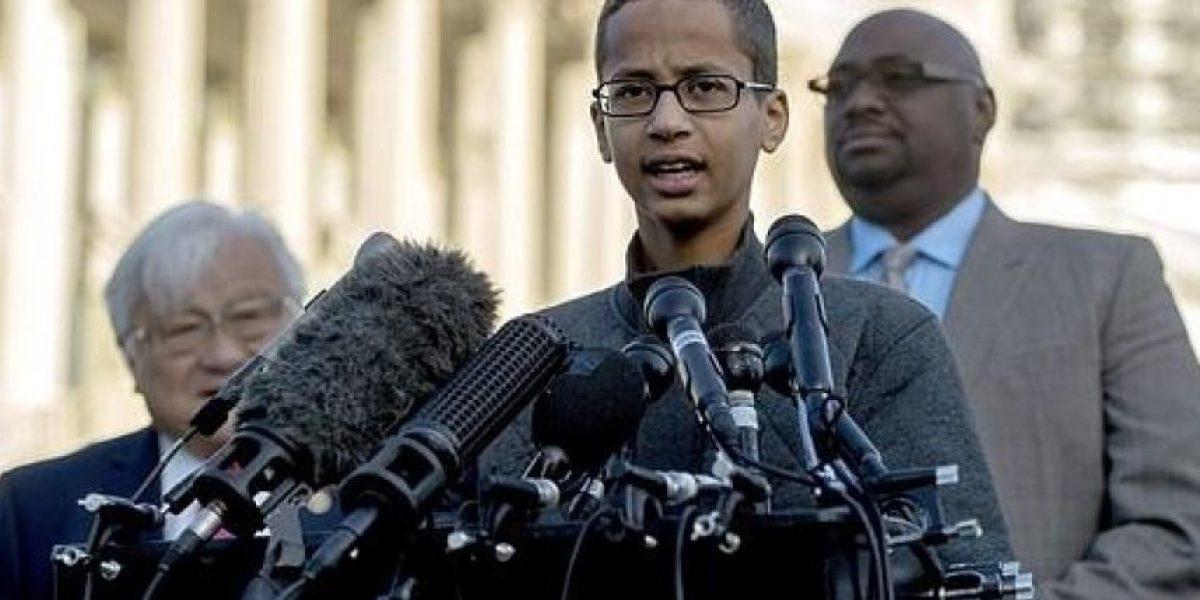 Estudiante detenido un joven por reloj confundido con bomba reclama 15 millones de dólares