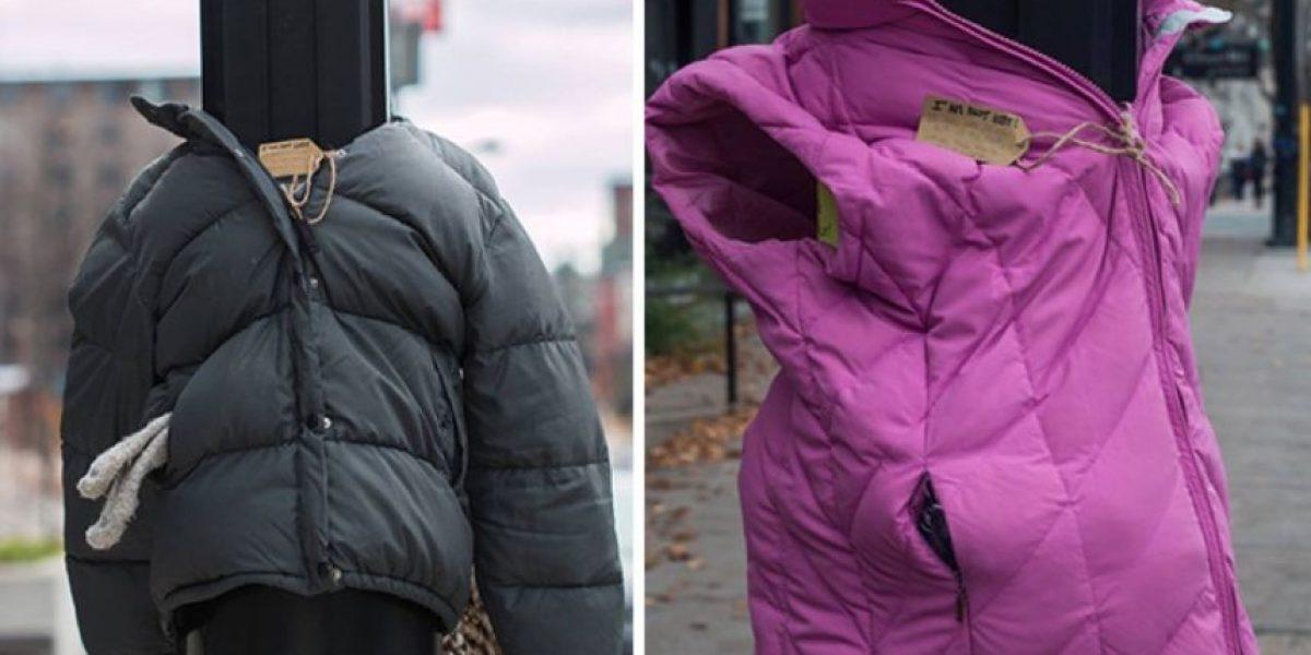 Niños atan abrigos en la calle para vagabundos que sufren frío
