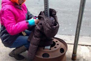 Cuelgan las chaquetas en la calle. Foto:Vía Facebook/tara.smithatkins. Imagen Por: