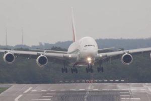 En septiembre el avión de pasajeros más grande del mundo se enfrentó a fuertes corrientes de viento en el aeropuerto de Düsseldorf, Alemania. Foto:Vía Youtube. Imagen Por: