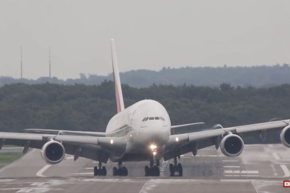 El aterrizaje del Airbus A380 fue controlado por un piloto de la aerolínea Emirates Foto:Vía Youtube. Imagen Por: