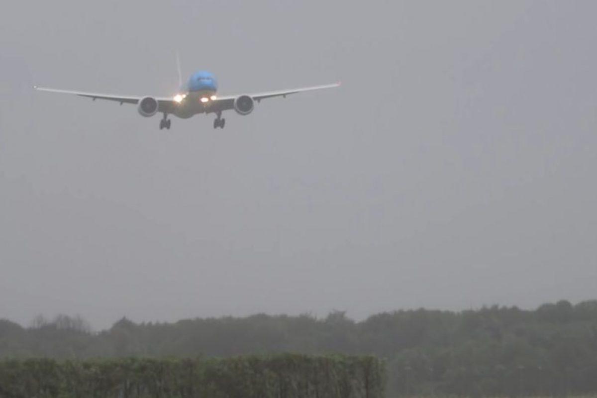 En julio, un avión de pasajeros de KLM aterrizó con dificultad en Amsterdam. Foto:Vía Youtube. Imagen Por: