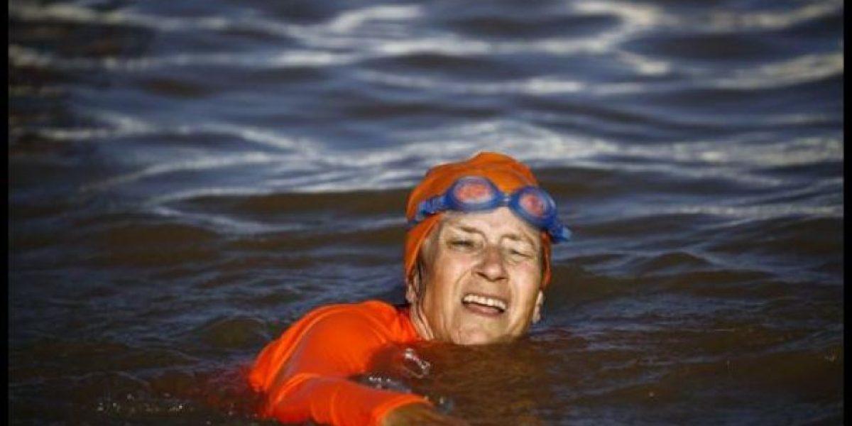 Por una apuesta en Facebook: embajadora de 63 años nada en el Nilo