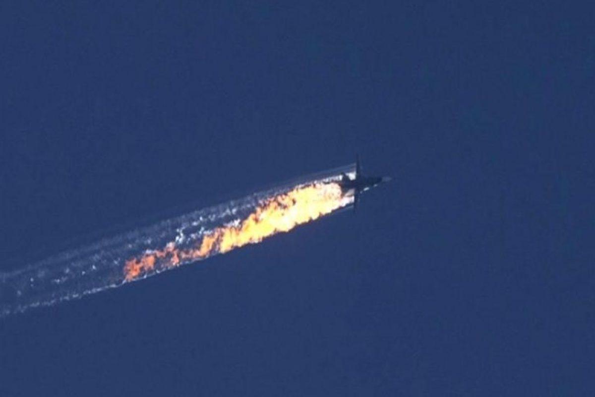 Captura de imagen al video en el que se muestra el momento de la caída del bombardero Su-24 ruso, ayer 24 de noviembre. Foto:Efe. Imagen Por: