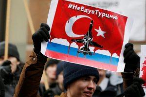 """Un moscovita levanta un cartel que dice """"No vayas a Turquía"""" hoy, durante las manifestaciones producidas fuera de la Embajada de Turquía en Moscú. Foto:Efe. Imagen Por:"""