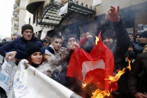 Manifestantes queman una bandera turca hoy, fuera de la Embajada de Turquía en Moscú, Rusia. Foto:Efe. Imagen Por: