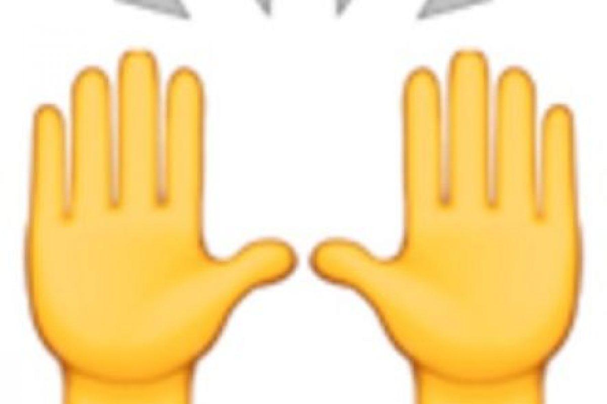 5- Las dos manos en muchas ocasiones son empleadas para alabar u orar, pero en realidad representan la celebración del éxito u otro acontecimiento feliz. Foto:vía emojipedia.org. Imagen Por: