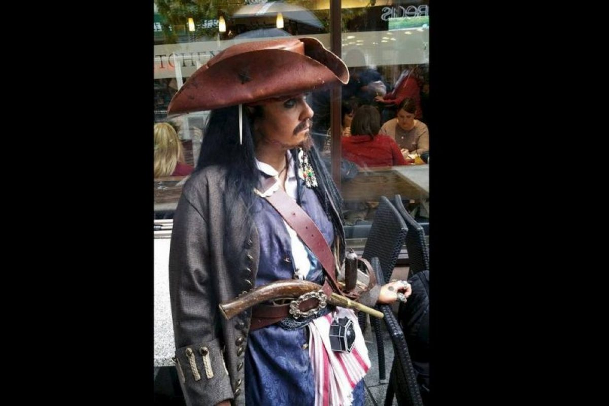 Ella cree que la personalidad del verdadero Sparrow y ella son muy similares. Foto:Vía facebook.com/captainjacksparrowirelandVía facebook.com/captainjacksparrowireland. Imagen Por: