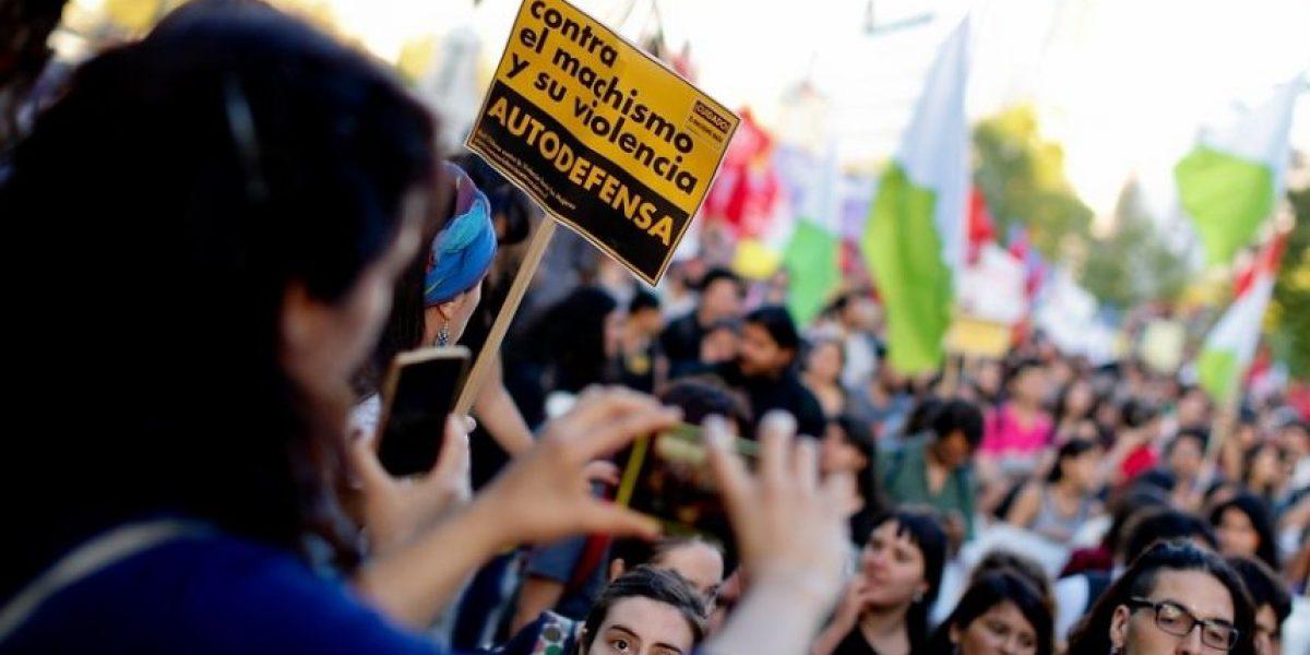 Con marcha y una Moneda iluminada conmemoran día de la no violencia contra la mujer