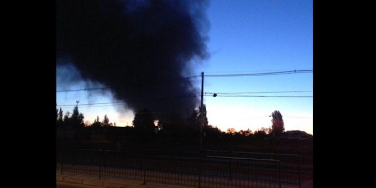 La Pintana: incendio destruyó fábrica de vidrios y dejó intensa columna de humo