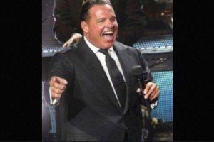 El recinto contó con un lleno total, pero los kilos que rellenaban el traje del cantante causaron más polémica en las redes sociales. Foto:Twitter. Imagen Por: