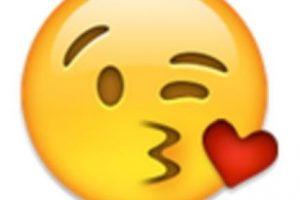 Rostro mandando un beso de corazón. Foto:vía emojipedia.org. Imagen Por: