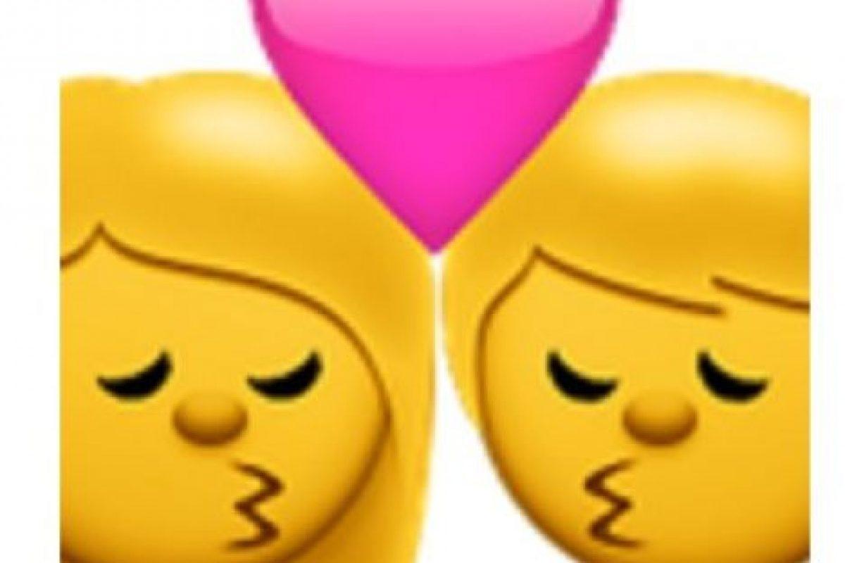 Beso entre hombre y mujer. Foto:vía emojipedia.org. Imagen Por:
