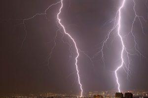 Según el Observatorio Terrestre de la NASA, la línea del Ecuador es el lugar con más probabilidad de que caiga un rayo, además de que la mayor cantidad de relámpagos ocurren en la República Democrática del Congo y el Lago de Maracaibo, en el noroeste de Venezuela. Foto:Getty Images. Imagen Por: