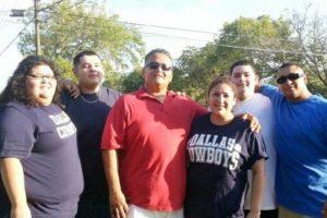 Ahora ayuda a su familia, que se veía así. A su hermano Austin lo ayudó a perder 54 kilogramos (120 libras). Foto:vía Barcroft Media. Imagen Por: