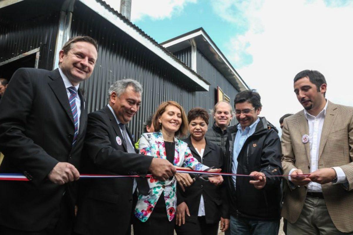 El tradicional corte de cinta, en la inauguración de las nuevas calderas, con el embajador de Suiza en primer plano Foto:GENTILEZA. Imagen Por: