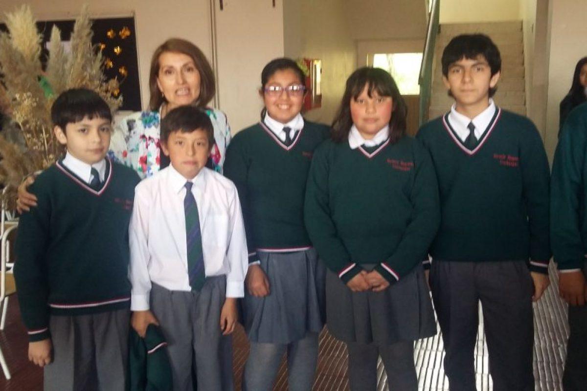 La directora Rosa Santana y un grupo de alumnos, sin parkas porque ya no las necesitan Foto:PUBLIMETRO. Imagen Por: