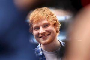 Ed Sheeran no pudo alejar la mirada del escote de Christina Aguilera. Foto:Getty Images. Imagen Por: